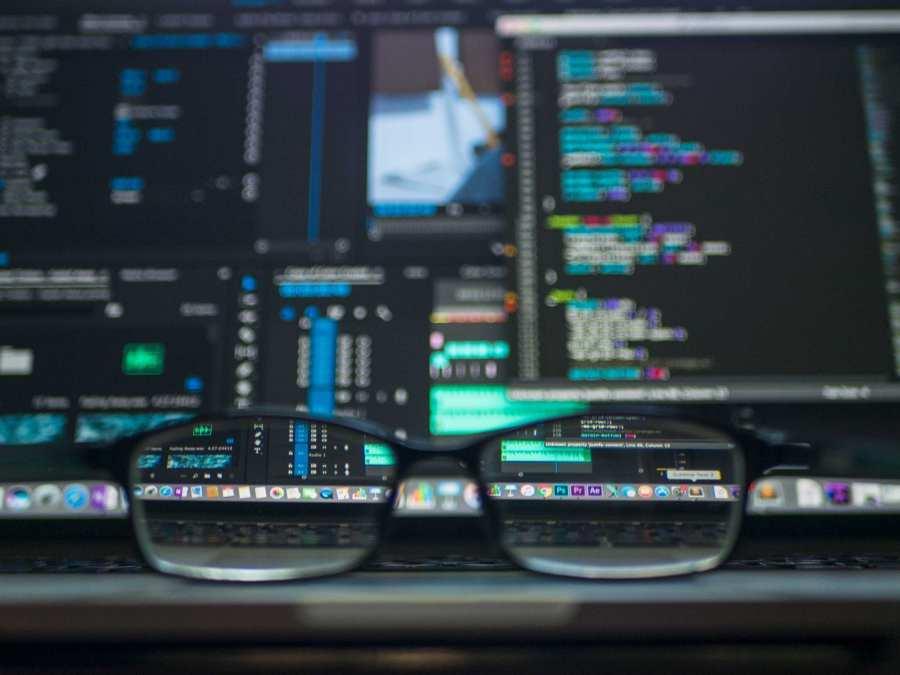Computerscherm gezien door een bril